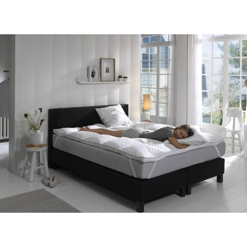 sur matelas moelleux anti acariens avec garnissage en plumes de canard. Black Bedroom Furniture Sets. Home Design Ideas